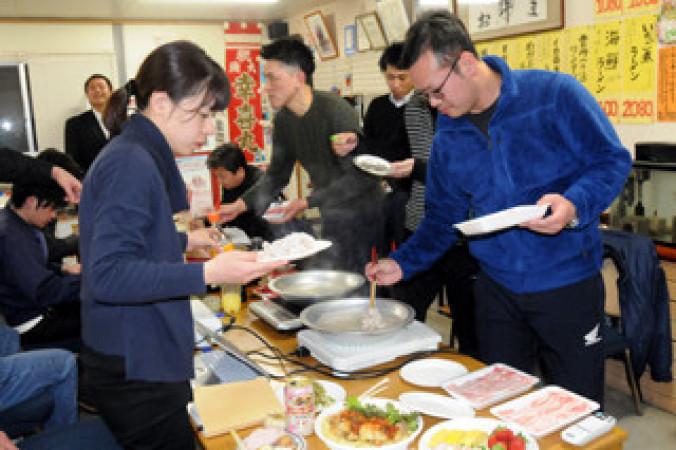 参加者が持ち寄った食材を味見する参加者