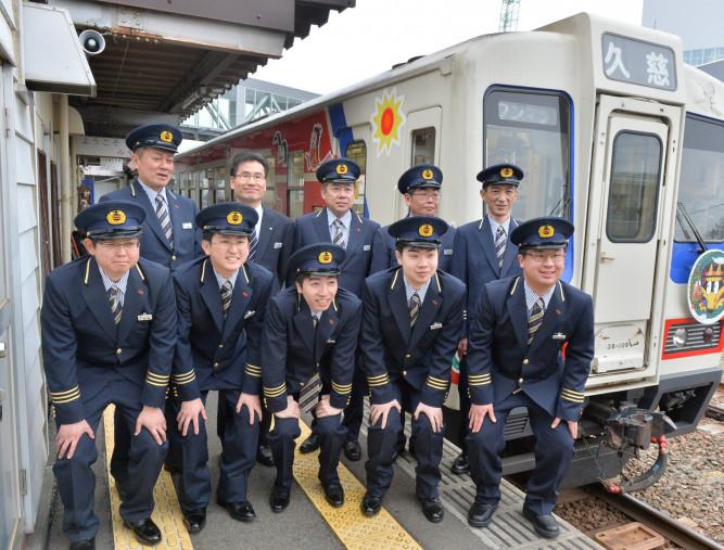 三陸鉄道に入社し、地域貢献を誓い合う10人=2日、宮古市栄町・宮古駅