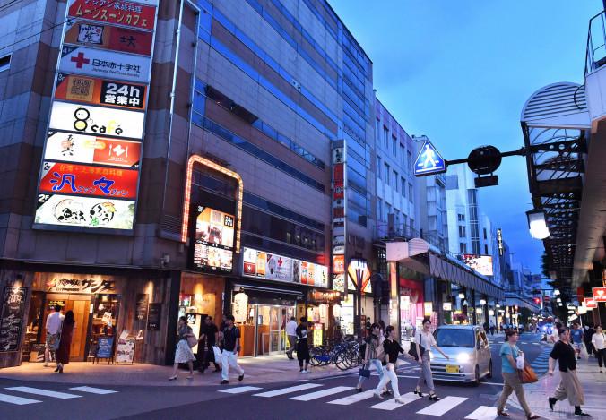 26年ぶりに上昇に転じた盛岡市「大通2丁目 大通り」付近。飲食店街への転換が進む=2日
