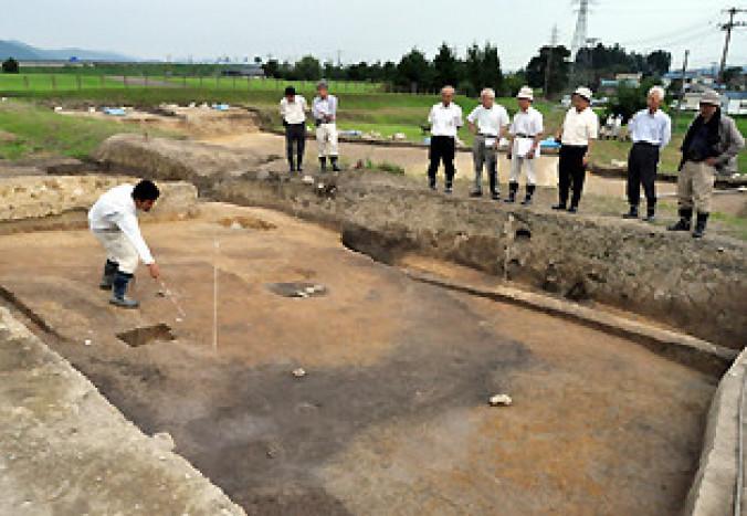柳之御所遺跡で見つかった堀内部と外部をつなぐ土橋