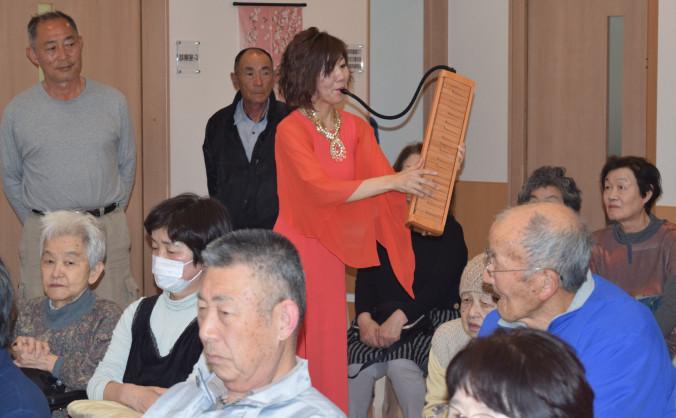 高田松原のマツを使った木製鍵盤ハーモニカを演奏する吉田絵奈さん(中央)