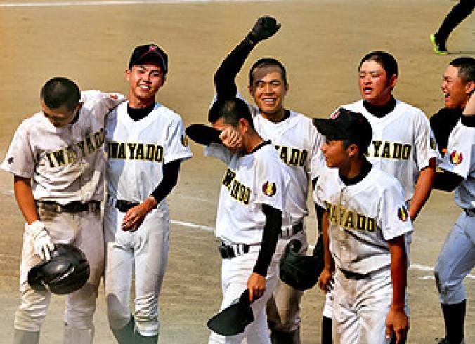 一関高専-岩谷堂 延長11回の攻防をサヨナラで制し、喜ぶ岩谷堂の選手=花巻