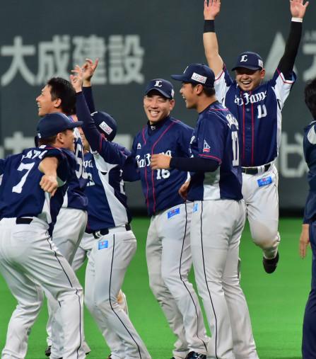プロ入り初のリーグ優勝を喜ぶ菊池雄星投手(中央)=30日、札幌市・札幌ドーム