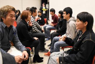 高橋奈那さん(右)考案のキャリア教育イベントで対話を楽しむ参加者