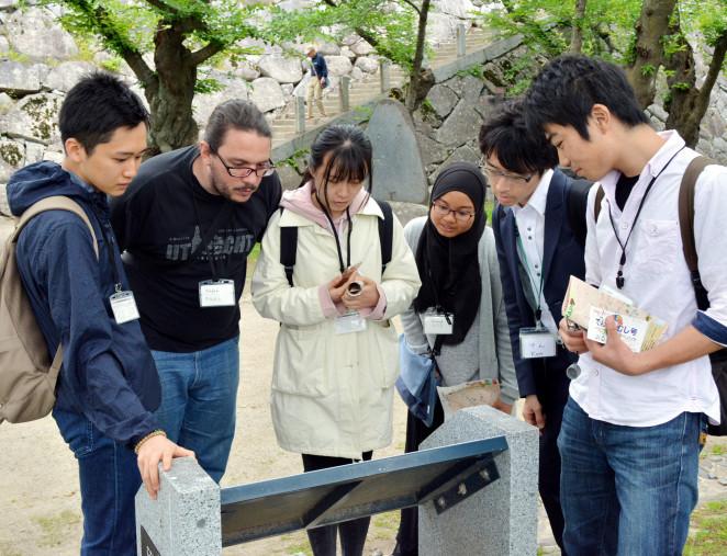 岩手公園を散策し、観光案内が分かりやすいかなどを調べる外国人留学生ら