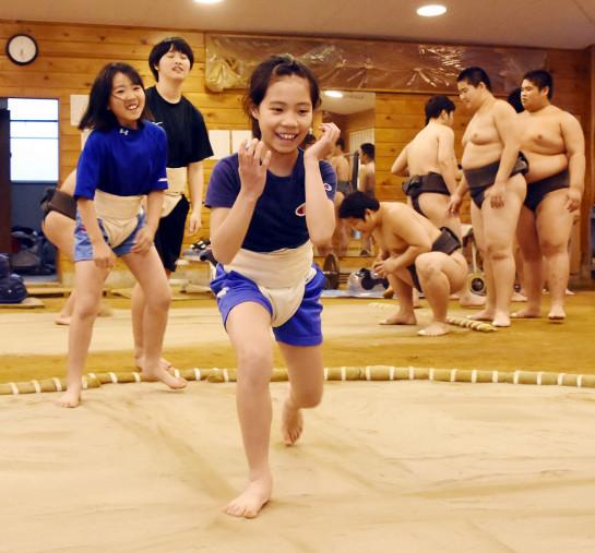 すり足の稽古に励む寺田相撲スポーツ少年団の女子団員=八幡平市・平舘高相撲場