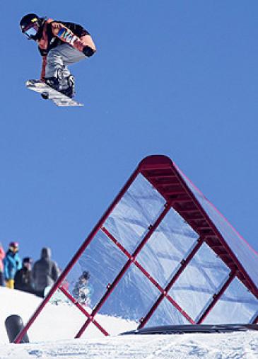 スロープスタイル女子 3日の予選で豪快にジャンプする岩渕麗楽(ムラサキスポーツ)=カードローナ(AP=共同)