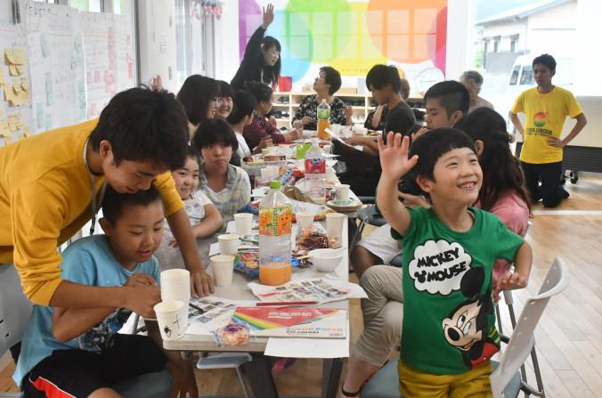 ビンゴゲームで盛り上がる大阪大の学生と野田村の児童ら