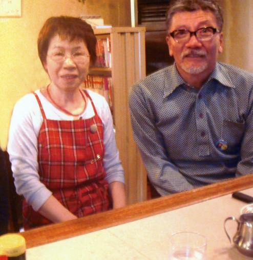 撮影の合間に喫茶モカを訪れた塩見三省さん(右)と樋沢あけみさん(樋沢さん提供)=2013年秋