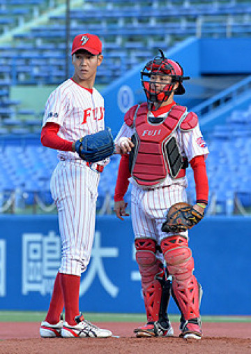 準々決勝 東洋大-富士大 2回表無死一、二塁のピンチで富士大・鈴木(左)に駆け寄る捕手小林=神宮