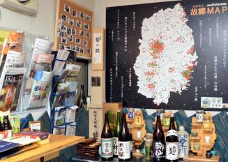 店に入ると目に飛び込む岩手故郷MAP。来店者の出身地シールはオープン1年超で全33市町村を達成した