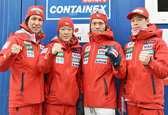 遠征先で取材に応じるジャンプ男子の平昌冬季五輪代表。左から葛西紀明、小林潤志郎、竹内択、小林陵侑=12日、バートミッテルンドルフ(共同)