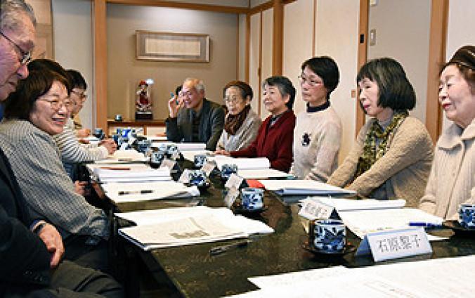 宮沢賢治作品「氷と後光」を読み、物語の世界観や方言について会話を弾ませる会員たち