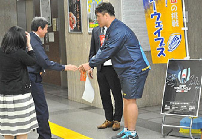 精力的にサポーターを募集する許雄選手(右)=県庁