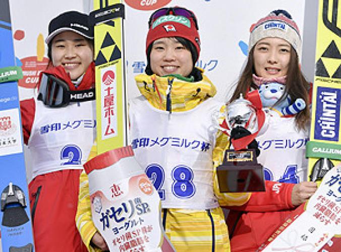 女子で優勝した伊藤有希(中央)。左は2位の岩佐明香、右は3位の小林諭果=宮の森