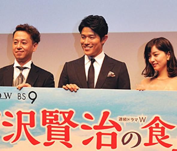 宮沢賢治を演じた鈴木亮平さん(中央)とトシ役の石橋杏奈さん(右)、御法川修監督