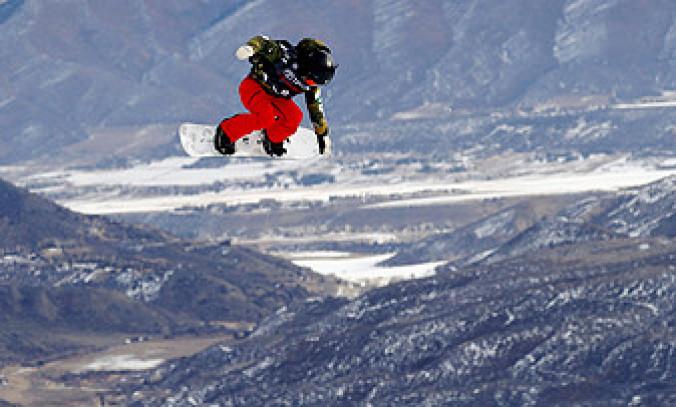 女子スロープスタイル予選 高いジャンプを決める岩渕麗楽=スノーマス(共同)