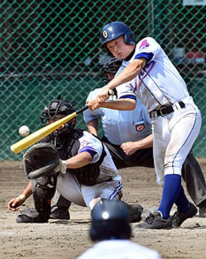 釜石-大野 8回裏大野2死二塁、長川が左前に適時打を放ち、6-5と勝ち越す。捕手大尻=県営