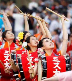 「盛岡さんさ踊り」が開幕し、太鼓を鳴らしながら練り歩く踊り手たち=1日夕、盛岡市