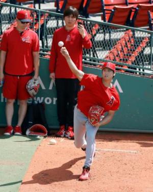 試合前にブルペンで投球練習するエンゼルス・大谷=ボストン(共同)