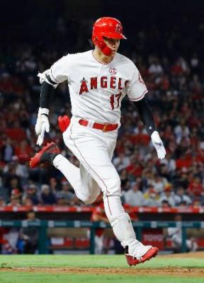 パイレーツ戦の7回、三塁内野安打を放ち、一塁へ向かうエンゼルス・大谷=アナハイム(共同)