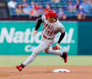 レンジャーズ戦の1回、後続の適時二塁打で三塁へ向かうエンゼルスの一走大谷=アーリントン(共同)