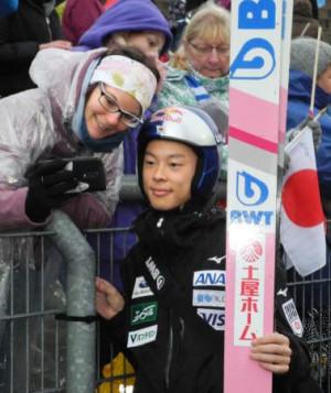 ジャンプ男子GP最終戦で、観客の記念写真の求めに応じる小林陵侑=クリンゲンタール(共同)
