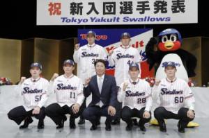 ヤクルトの入団記者会見でポーズをとる奥川恭伸投手(前列左から2人目)ら。同中央は高津監督=3日午後、東京都港区