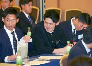 プロ野球の新人研修会に参加し、笑顔を見せるロッテ・佐々木朗(中央)=10日午後、東京都内