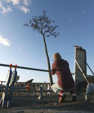 東日本大震災から9年を迎え「奇跡の一本松」を訪れた男性。震災時に応援で訪れた看護師で、今も毎年足を運んでいるという=11日午前6時38分、岩手県陸前高田市