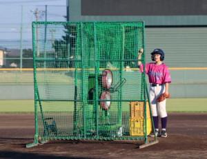 米大リーグ・エンゼルスの大谷翔平選手から寄贈された打撃マシンにボールを入れる花巻東高の女子硬式野球部員=26日午後、岩手県花巻市