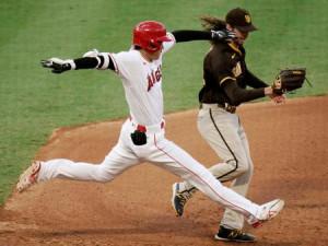 パドレス戦の7回、一塁内野安打で一塁へ駆け込むエンゼルス・大谷=アナハイム(AP=共同)