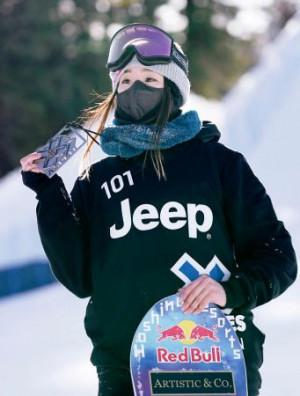 冬季Xゲーム、スノーボードのビッグエア女子で2位に入り、銀メダルを掲げる鬼塚雅=アスペン(共同)