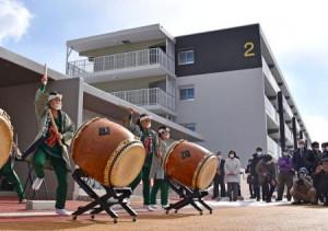 入居が始まった盛岡市の災害公営住宅「県営南青山アパート」(奥)=11日