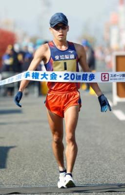 男子20キロ 1時間17分20秒の大会新記録で2連覇を果たした山西利和=神戸市