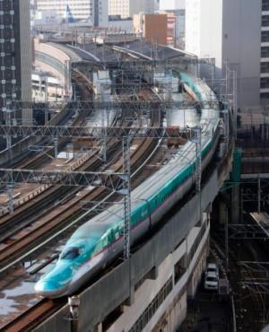 JR仙台駅に入る、仙台―一ノ関間で運転を再開した東北新幹線=22日午前