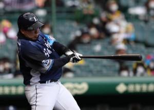 6回、左中間に満塁本塁打を放つ西武・山川=甲子園