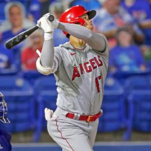 ブルージェイズ戦の5回、メジャー通算50本塁打となる3号ソロを放つエンゼルス・大谷=ダンイーデン(AP=共同)