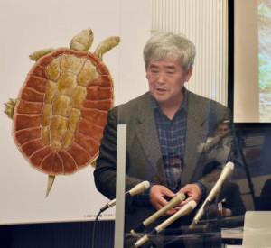 「アドクス・コハク」と命名された新種のカメについて発表する早稲田大の平山廉教授=23日午前、盛岡市