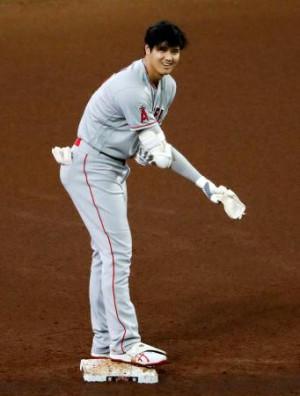 アストロズ戦の5回、先制二塁打を放ち塁上で笑顔を見せるエンゼルス・大谷=ヒューストン(共同)