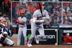 アストロズ戦の8回、ソロ本塁打を放つエンゼルスの大谷=25日、ヒューストン(AP=共同)