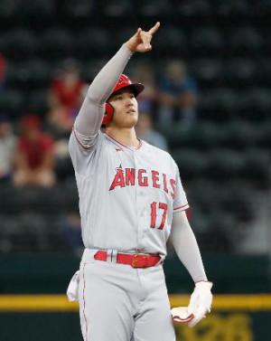 レンジャーズ戦の2回、二塁打を放ち塁上でベンチに向かってポーズをとるエンゼルス・大谷=アーリントン(共同)