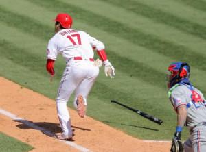 レンジャーズ戦の6回、三塁内野安打を放ち一塁へ駆けるエンゼルス・大谷=アナハイム(共同)
