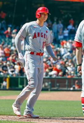 ジャイアンツ戦の9回、代打で四球を選び出塁したエンゼルス・大谷=サンフランシスコ(共同)
