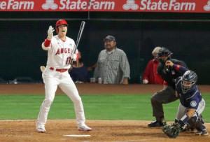マリナーズ戦の4回、自身の打席のとき、暴投で走者に進塁を促すエンゼルス・大谷=アナハイム(共同)