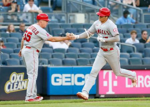 ヤンキース戦の1回、先制ソロとなる26号本塁打を放ち三塁コーチとタッチを交わすエンゼルス・大谷=ニューヨーク(共同)