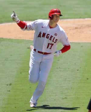 オリオールズ戦の3回、松井秀喜の日本選手シーズン最多本塁打記録に並ぶ31号ソロを放ったエンゼルス・大谷=アナハイム(共同)