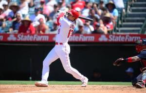 レッドソックス戦の五回、今季32号のソロ本塁打を放つエンゼルスの大谷=アナハイム(USAトゥデー・ロイター=共同)