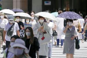 東京・銀座で日傘を差して歩く人たち。気象庁は関東甲信と東北で梅雨明けしたとみられると発表した=16日午前