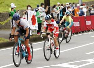 女子個人ロードレース(運動機能障害C1~3) 力走する杉浦佳子(中央)=静岡県小山町